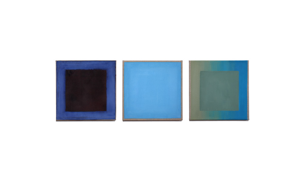 drei blau, 2015, Pigmente auf Lwd, 3 Tafeln je 35x35 | tre blu, pigmenti su tela, 3 tavole cad. 35x35